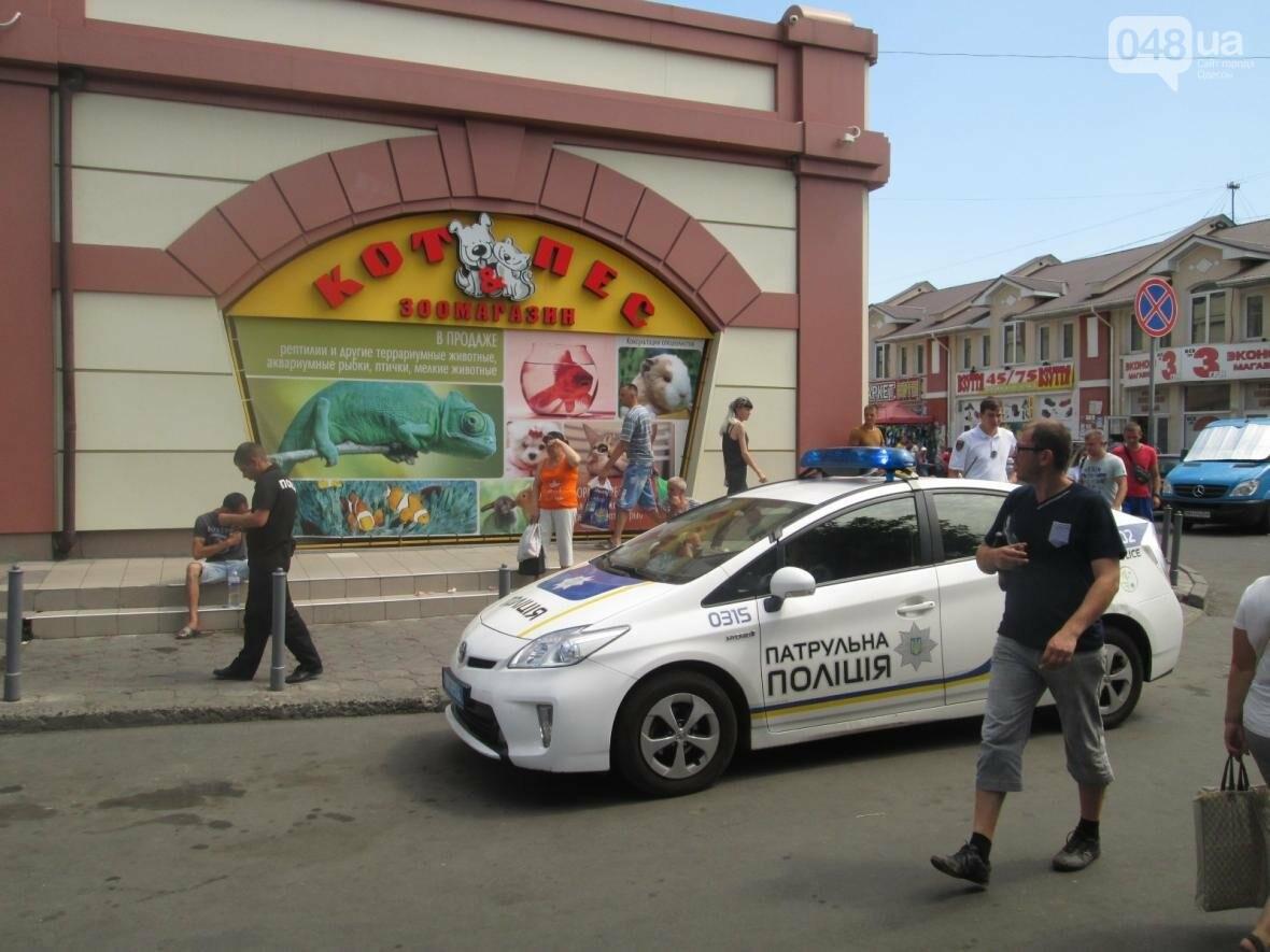 Кровавое месиво на «Привозе»: В Одессе пятеро избили одного (ФОТО), фото-4