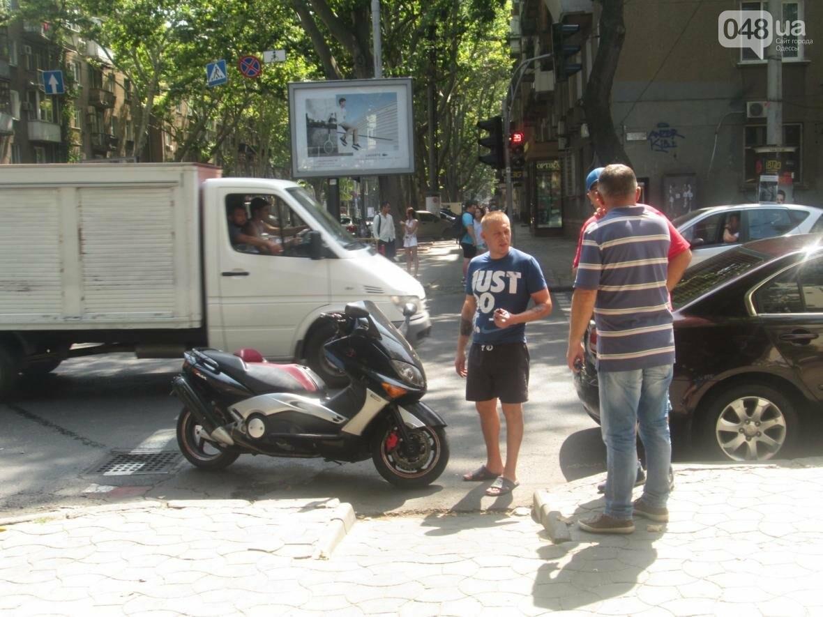 В центре Одессы сбили мопедиста. Водитель скрылся (ФОТО), фото-1