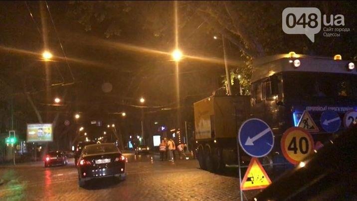 Одесские коммунальщики всю ночь отдирали асфальт от мостовой на Пушкинской (ФОТО), фото-1