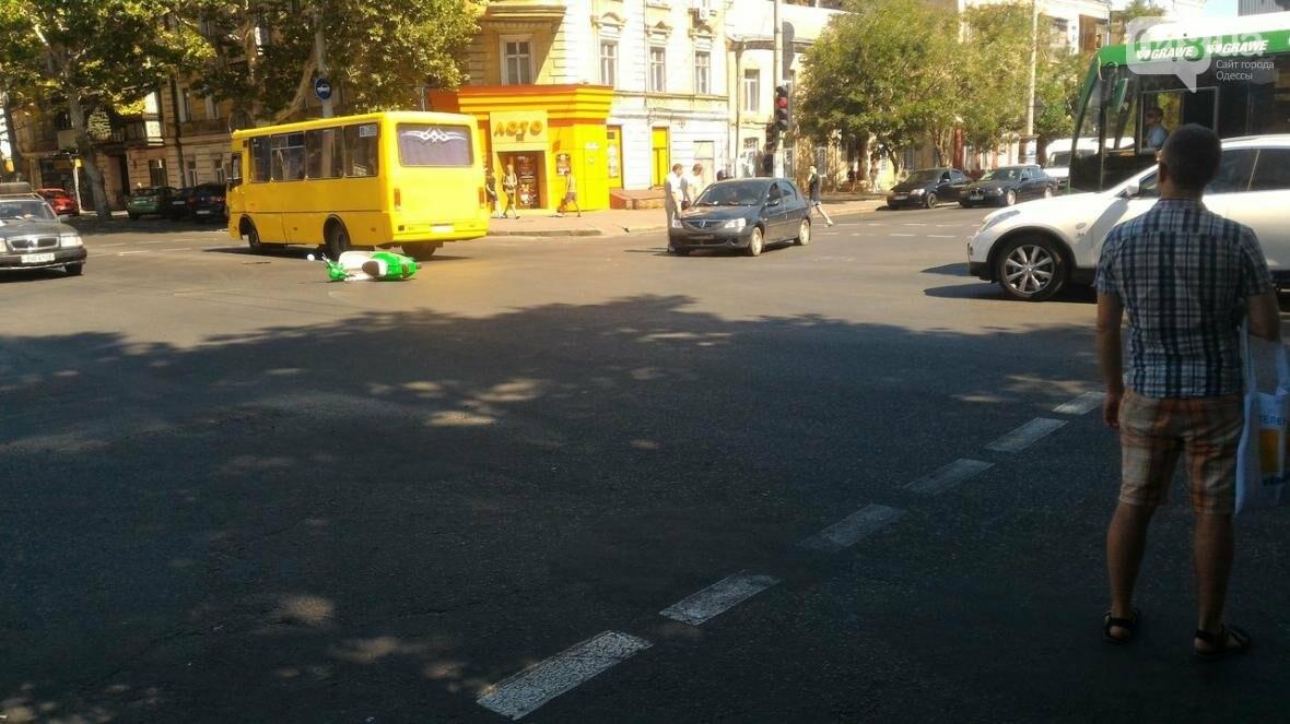 На одесской Молдаванке скорая сбила мопедиста, фото-1