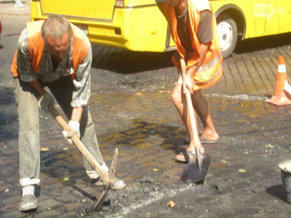 Дурная работа: в центре Одессы киркой ломают брусчатку (ФОТО, ВИДЕО), фото-2