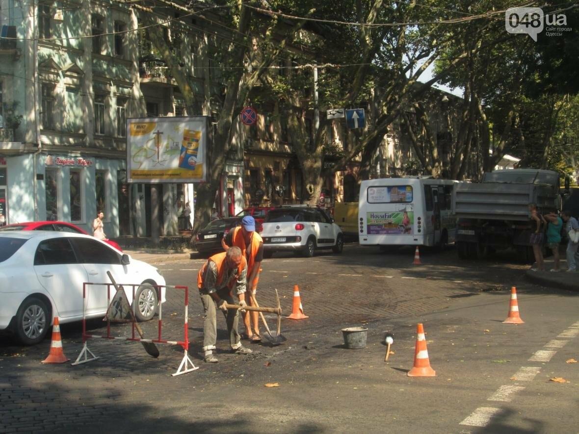 Дурная работа: в центре Одессы киркой ломают брусчатку (ФОТО, ВИДЕО), фото-3
