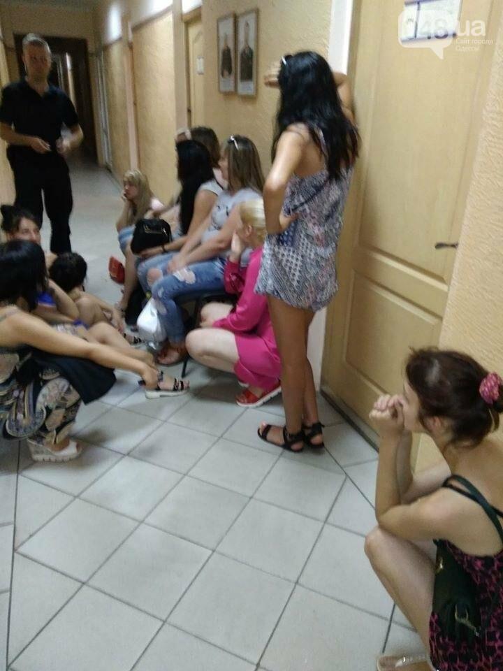 В Одессе полиция накрыла два публичных дома, сутенера и путан, фото-1