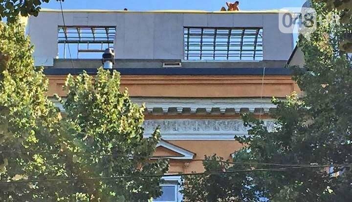 На Дерибасовской строят уродливую мансарду на крыше памятника архитектуры , фото-1