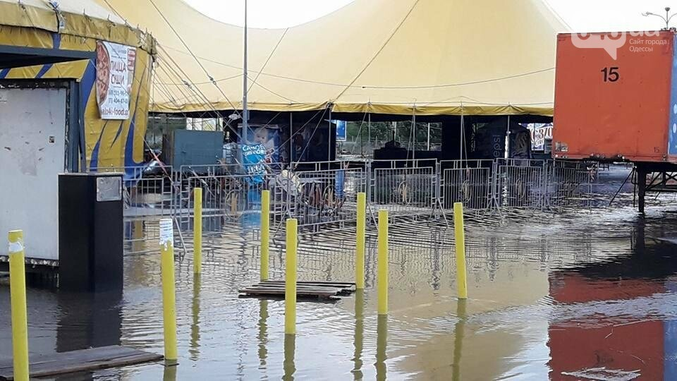В Одессе затопило парковку самого большого торгового центра (ФОТО), фото-1