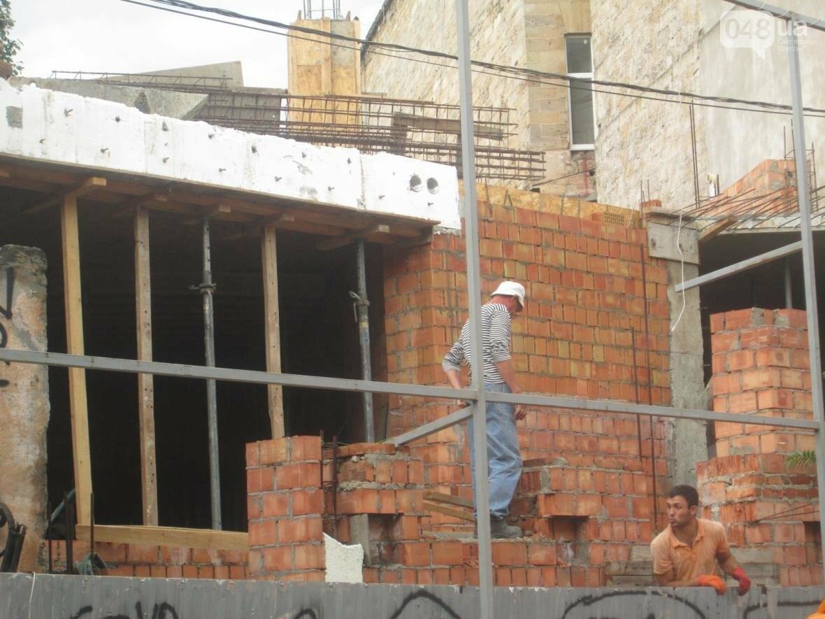 В Одессе сносят нахалстрой возле дома с одной стеной (ФОТО), фото-3