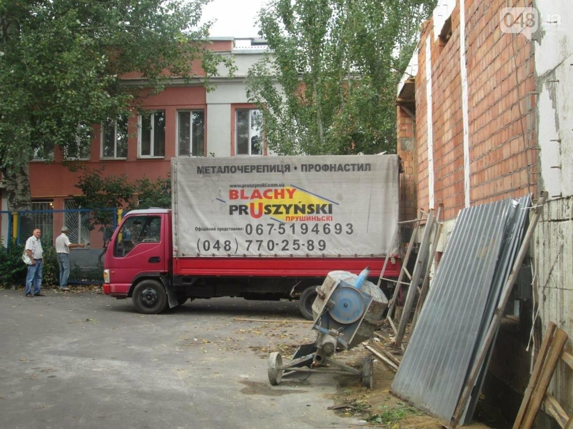 В Одессе сносят нахалстрой возле дома с одной стеной (ФОТО), фото-5