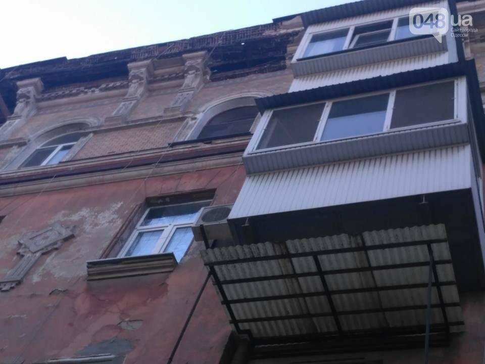 В центре Одессы обломки дома рухнули на иномарку, фото-1