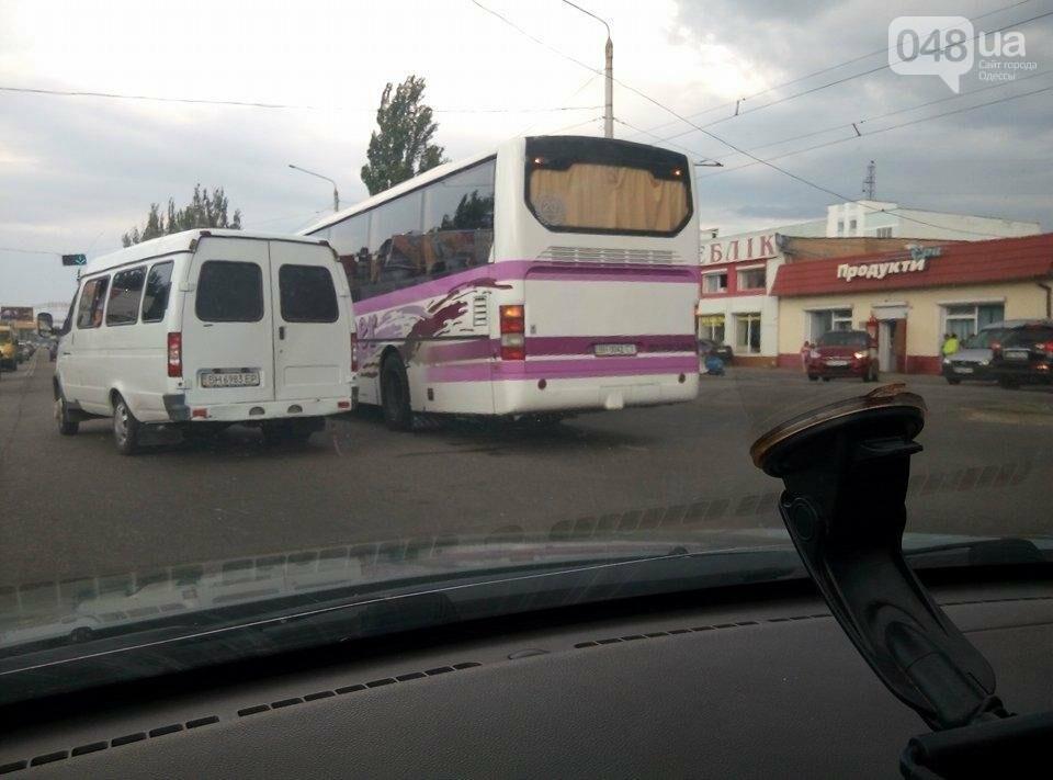 На одесской Пересыпи в аварию попал рейсовый автобус, фото-1