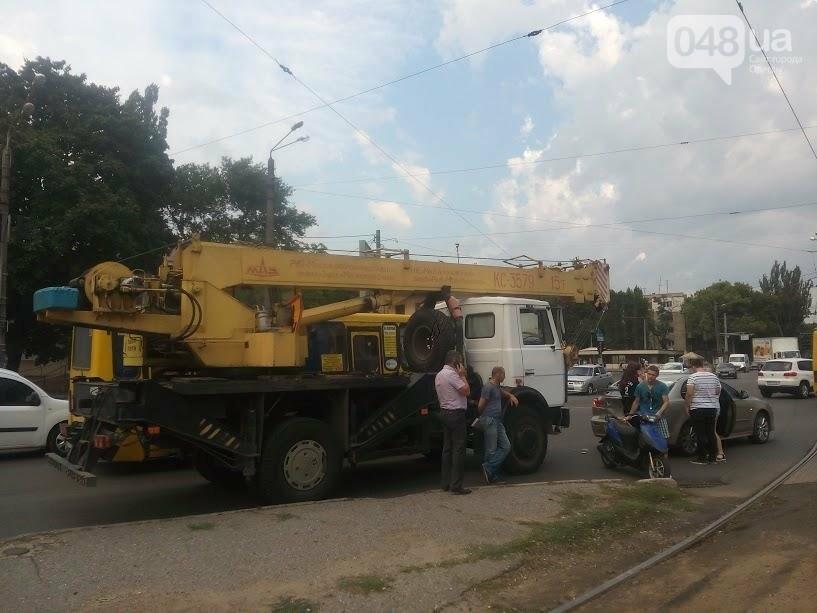 В Одессе автокран врезался в легковушку на Люстдорфской дороге (ФОТО), фото-3