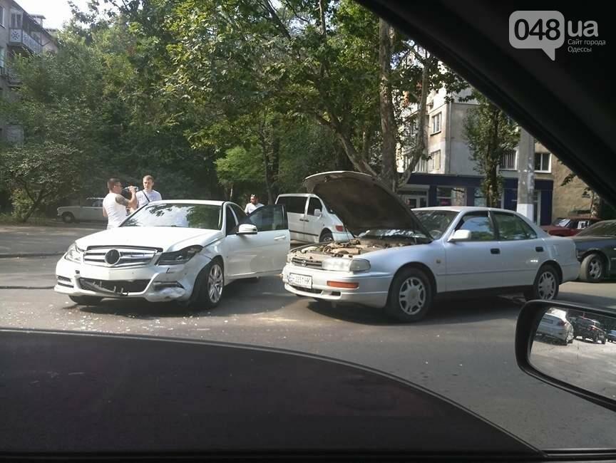 В Одессе в аварию попал шикарный Мерседес, фото-1