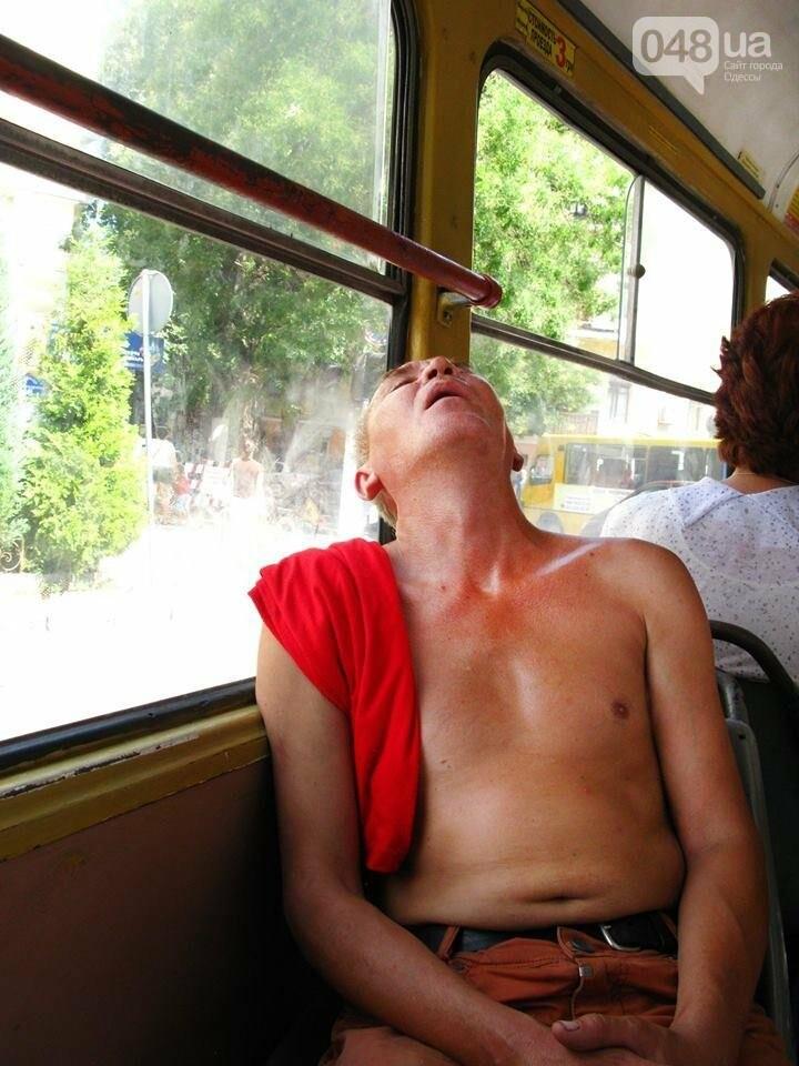 Вроде не жарко: В одесских трамваях догола раздеваются пассажиры (ФОТО), фото-2