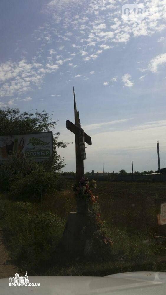На въезде в Одессу поклонники Невзорова пилят кресты (ФОТО), фото-1