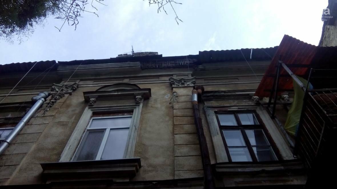 В центре Одессы упал карниз: чудом никого не задело камнями (ФОТО), фото-1
