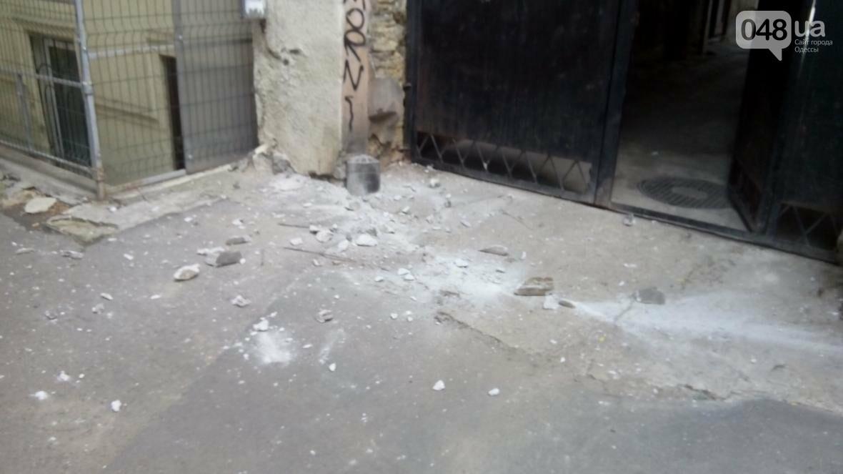 В центре Одессы упал карниз: чудом никого не задело камнями (ФОТО), фото-2