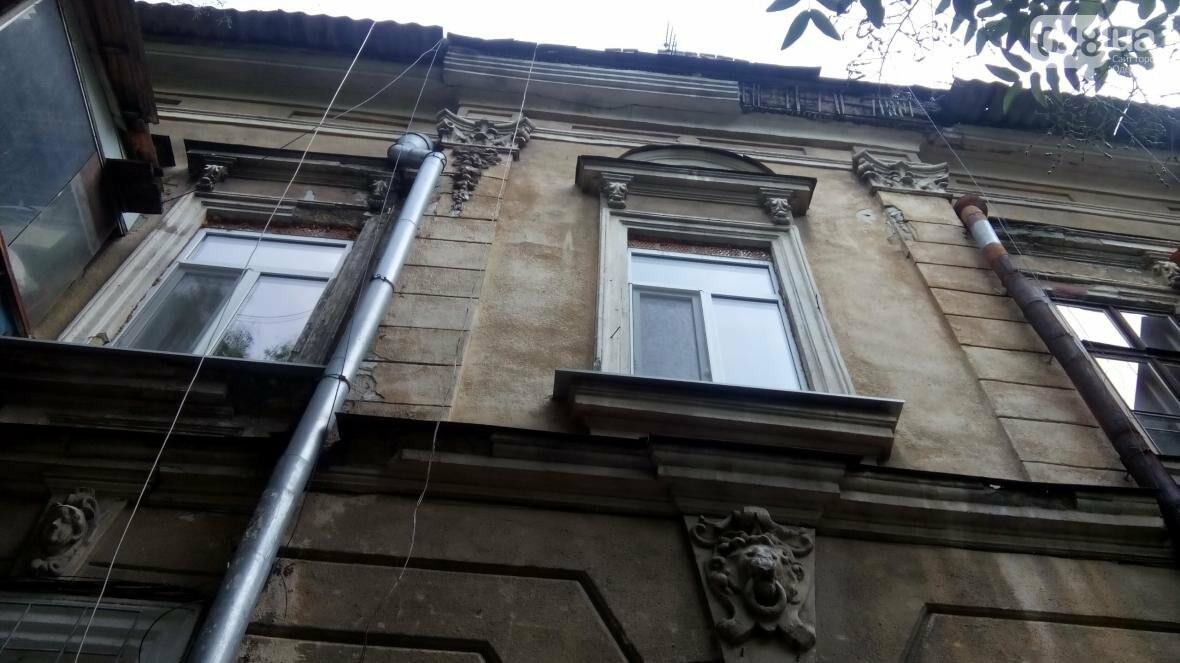 В центре Одессы упал карниз: чудом никого не задело камнями (ФОТО), фото-5