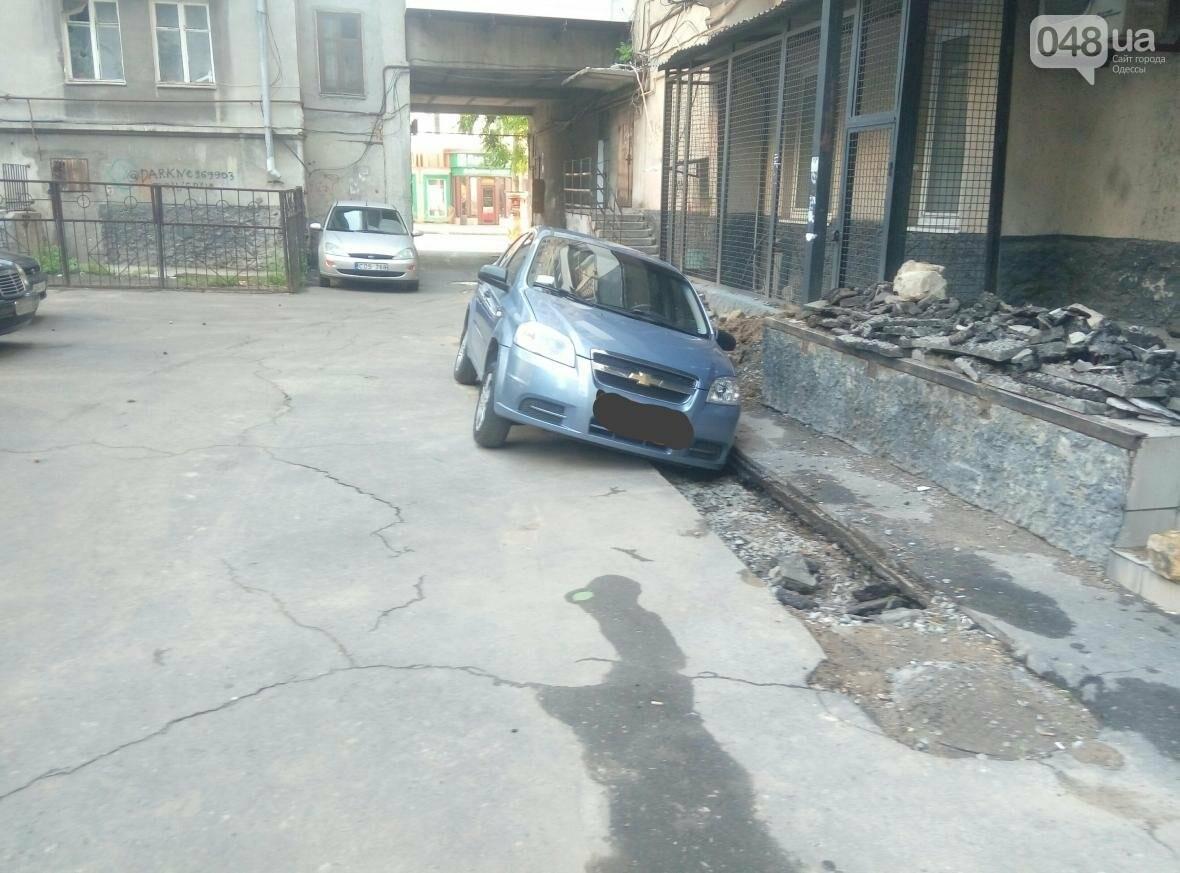 В центре Одессы машина провалилась в яму, вырытую коммунальщиками (ФОТО), фото-2