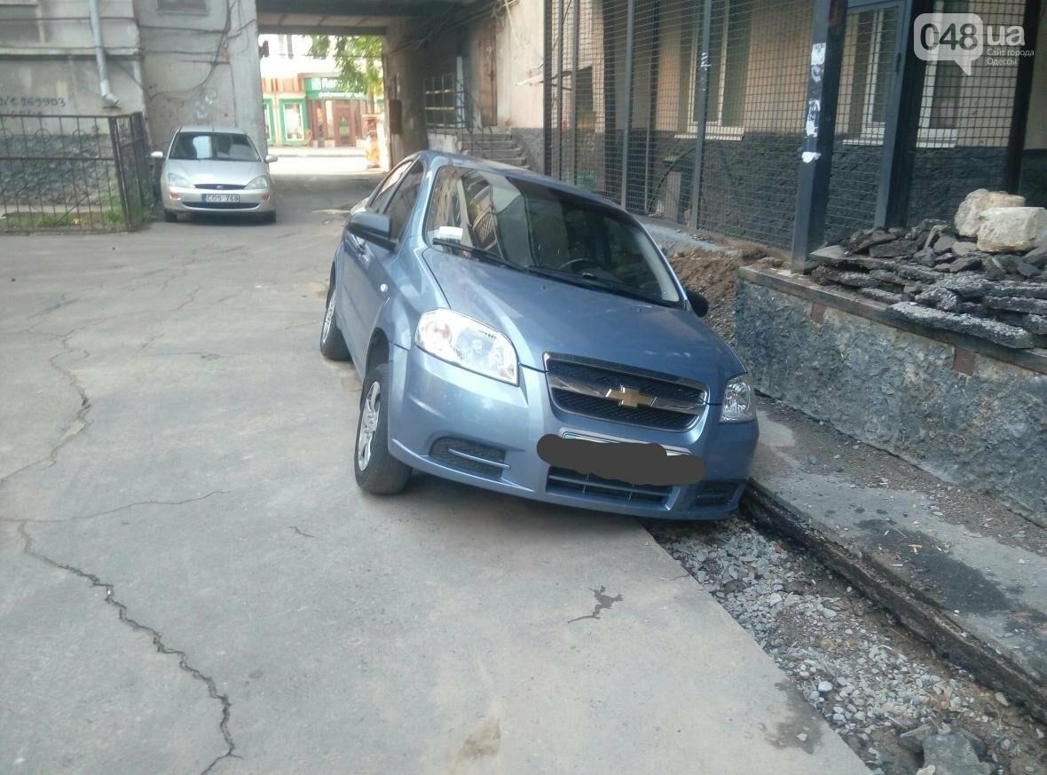 В центре Одессы машина провалилась в яму, вырытую коммунальщиками (ФОТО), фото-3