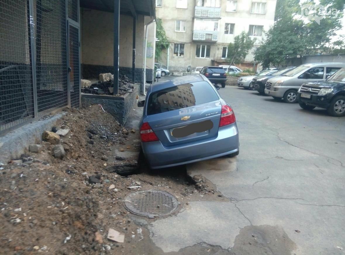 В центре Одессы машина провалилась в яму, вырытую коммунальщиками (ФОТО), фото-4