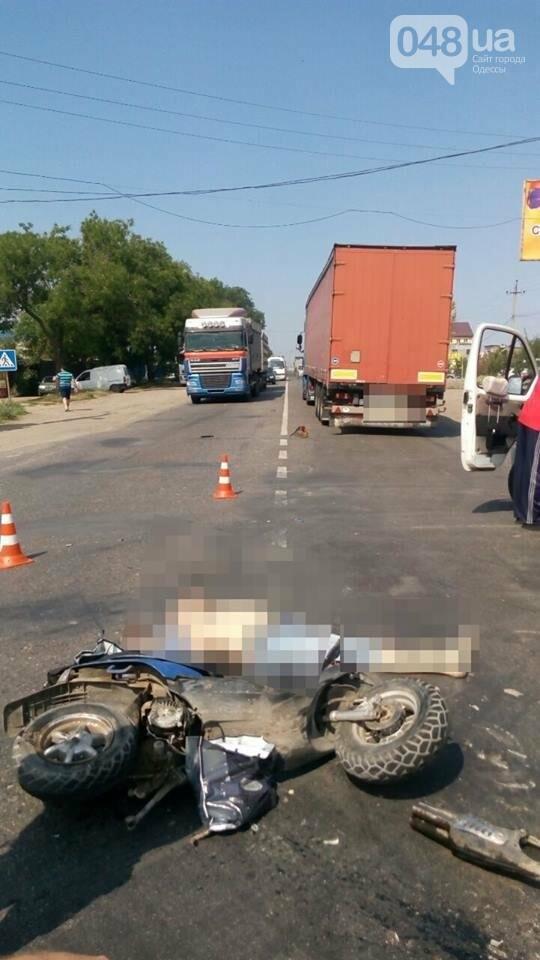 В Одессе мопед врезался в фуру: погиб человек (ФОТО), фото-1