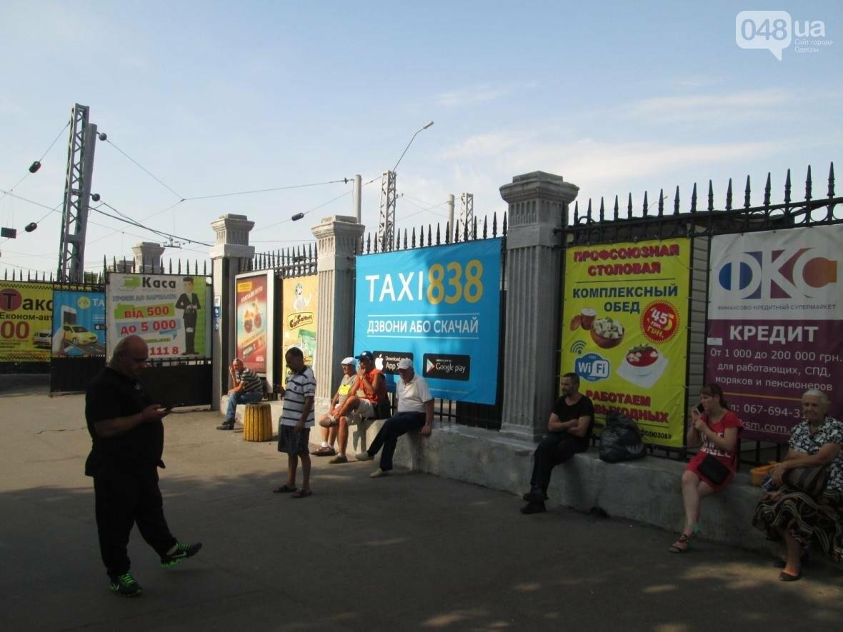 Абсурд: Одесский железнодорожный вокзал превратился в рекламное агентство (ФОТО), фото-2