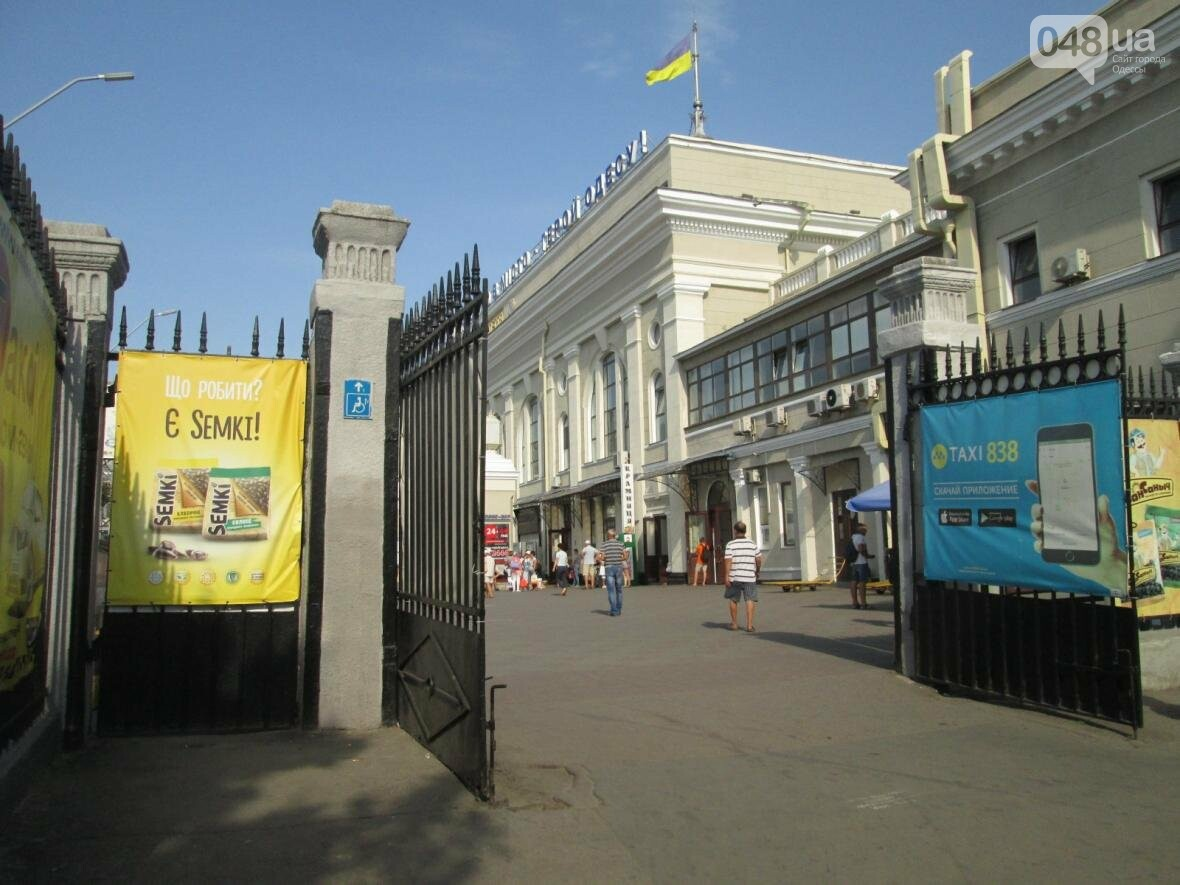 Абсурд: Одесский железнодорожный вокзал превратился в рекламное агентство (ФОТО), фото-6