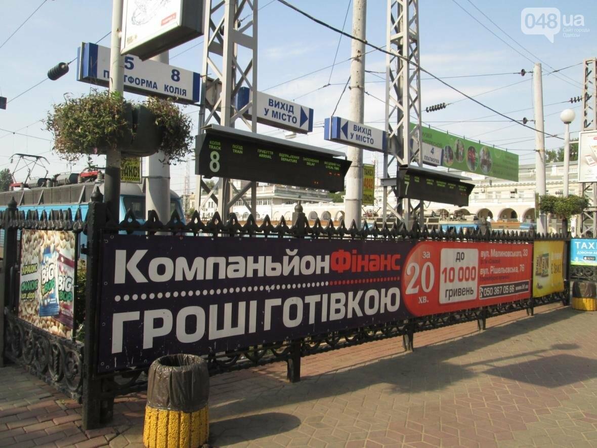 Абсурд: Одесский железнодорожный вокзал превратился в рекламное агентство (ФОТО), фото-9