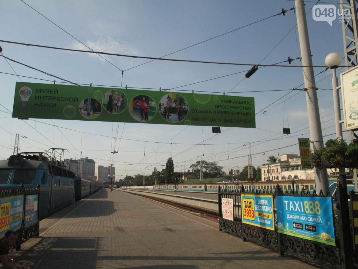 Абсурд: Одесский железнодорожный вокзал превратился в рекламное агентство (ФОТО), фото-8