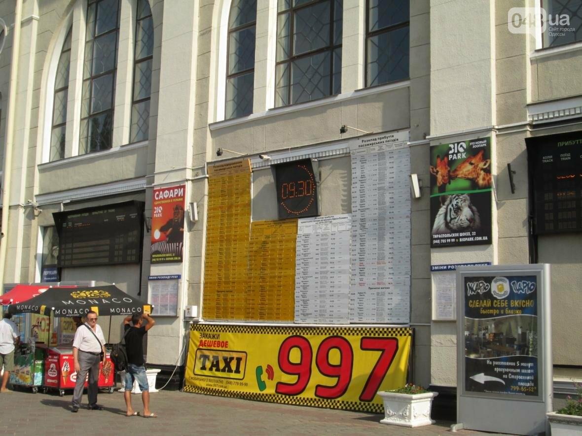 Абсурд: Одесский железнодорожный вокзал превратился в рекламное агентство (ФОТО), фото-10