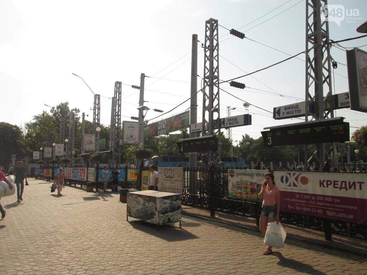 Абсурд: Одесский железнодорожный вокзал превратился в рекламное агентство (ФОТО), фото-11