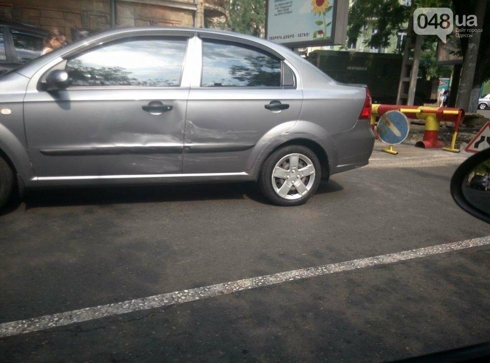 Из-за работы коммунальщиков и аварии заблокировано движение в центре (ФОТО), фото-1