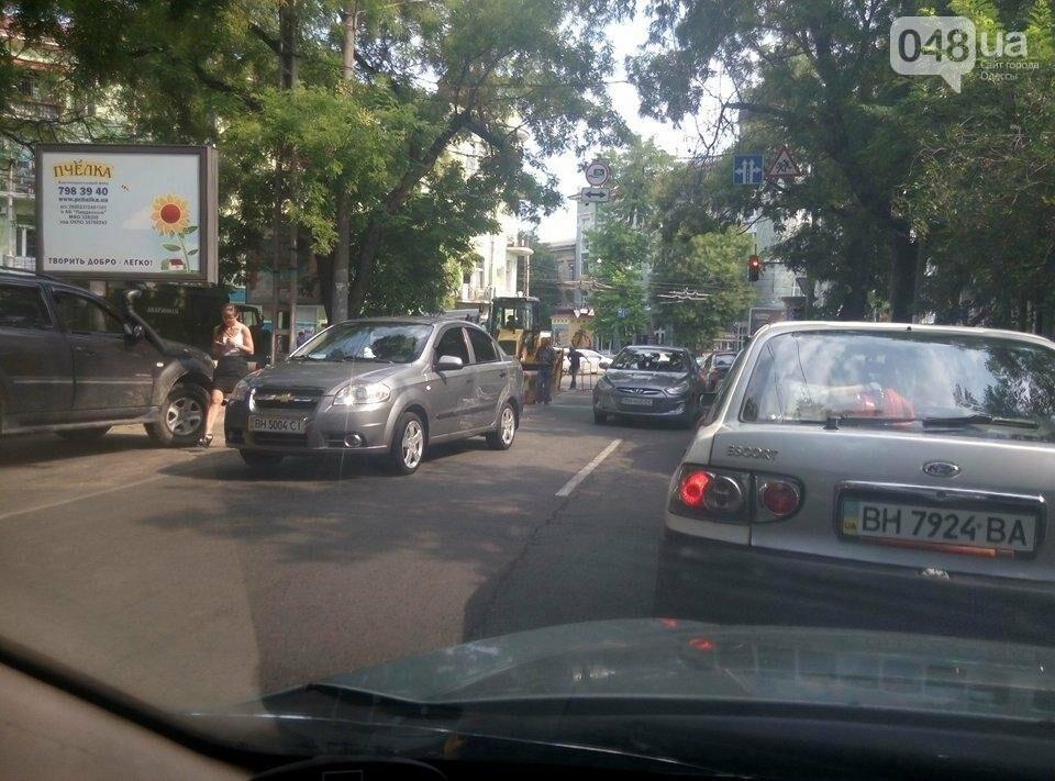 Из-за работы коммунальщиков и аварии заблокировано движение в центре (ФОТО), фото-2