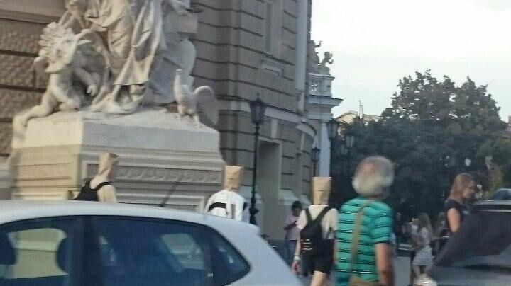 Одесситов озадачили парни с бумажными пакетами на головах (ФОТО), фото-2