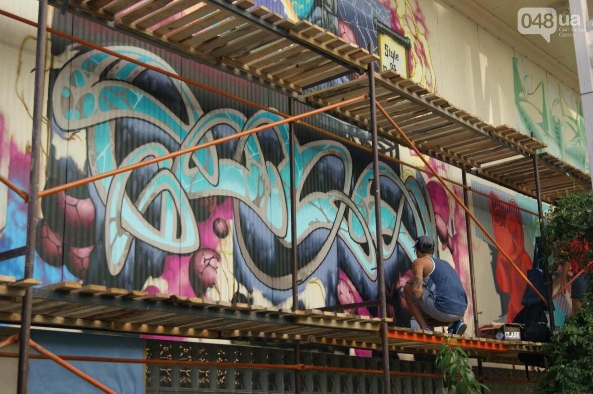 Это смело: Как граффитчики за сутки изменили торговый центр в Одессе (ФОТО, ВИДЕО), фото-1