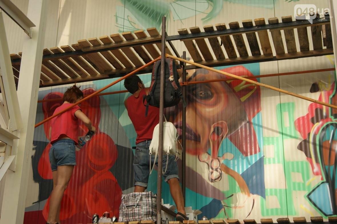 Это смело: Как граффитчики за сутки изменили торговый центр в Одессе (ФОТО, ВИДЕО), фото-2