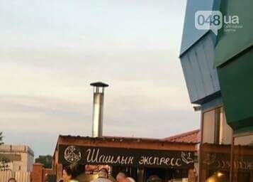 В Одессе мангальщика кафе забросали гнилым шашлыком (ФОТО), фото-1