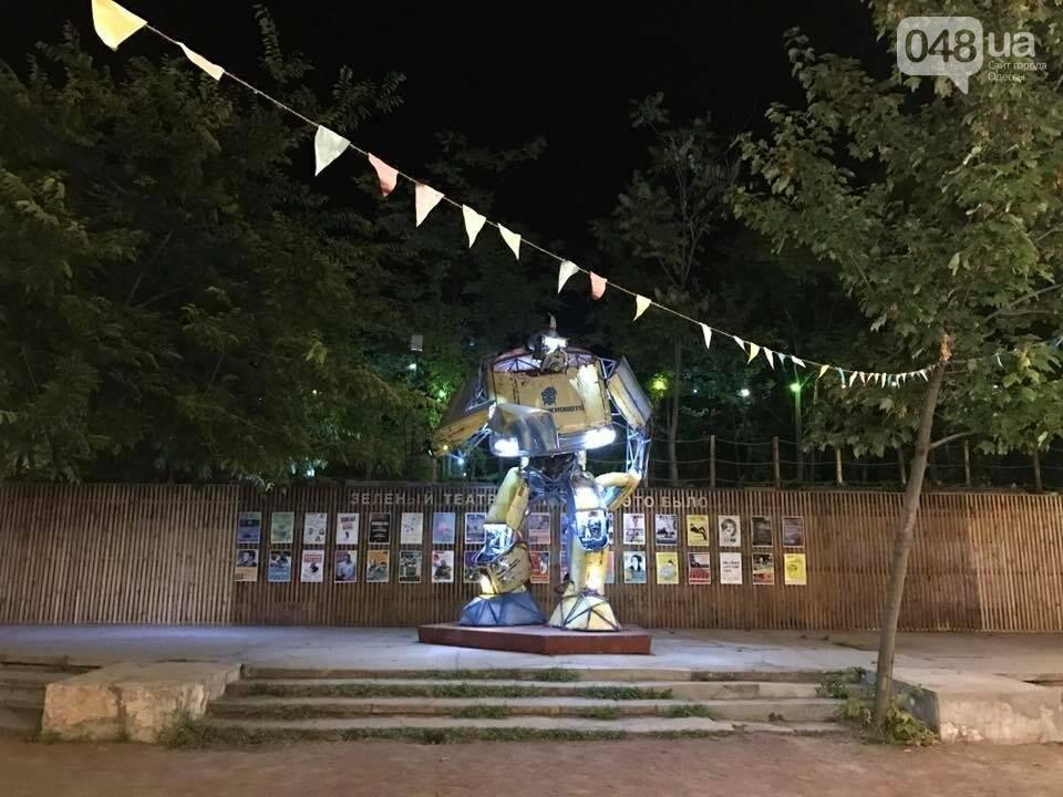 Не показалось: В одесском парке появился огромный светящийся Укробот (ФОТО), фото-3