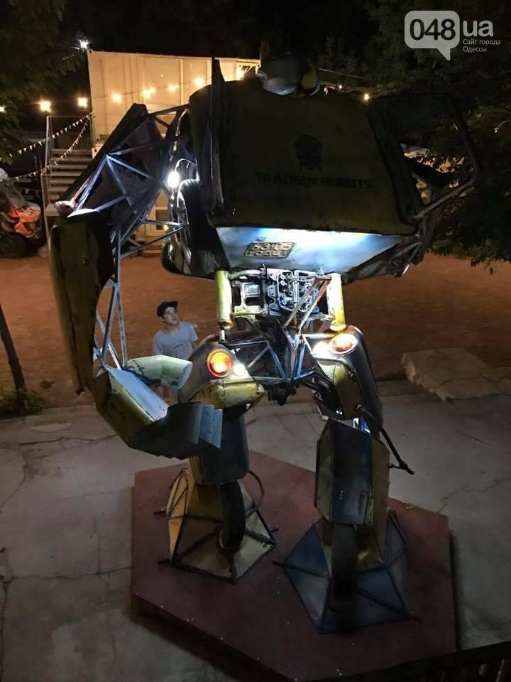 Не показалось: В одесском парке появился огромный светящийся Укробот (ФОТО), фото-2