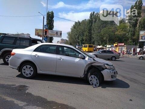 В одесской аварии у авто оторвало колесо, другая машина в хлам (ФОТО), фото-1