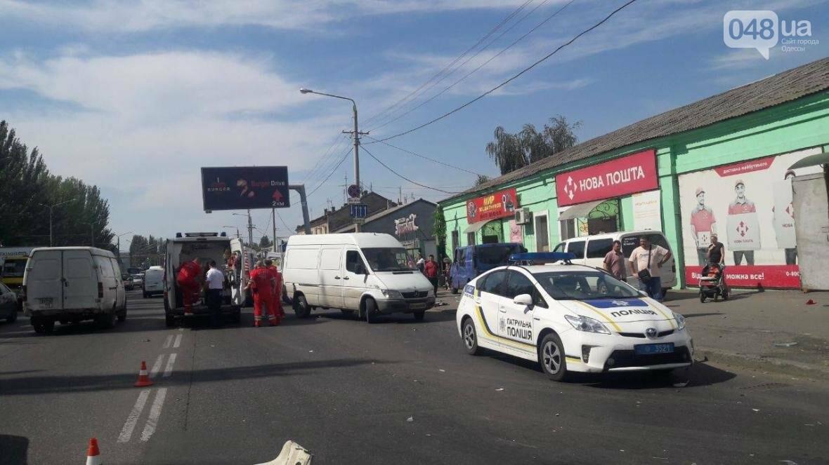 День катастроф: В Одессе на тротуаре микроавтобус влетел в 13-летнюю девочку (ФОТО), фото-1