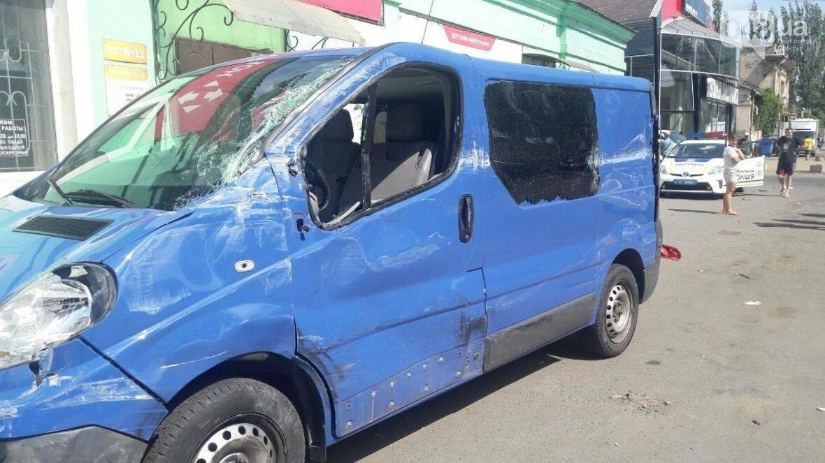 День катастроф: В Одессе на тротуаре микроавтобус влетел в 13-летнюю девочку (ФОТО), фото-3