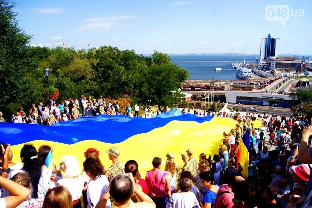 На Потемкинской лестнице в Одессе растянули 26-метровый флаг Украины (ФОТО, ВИДЕО), фото-2