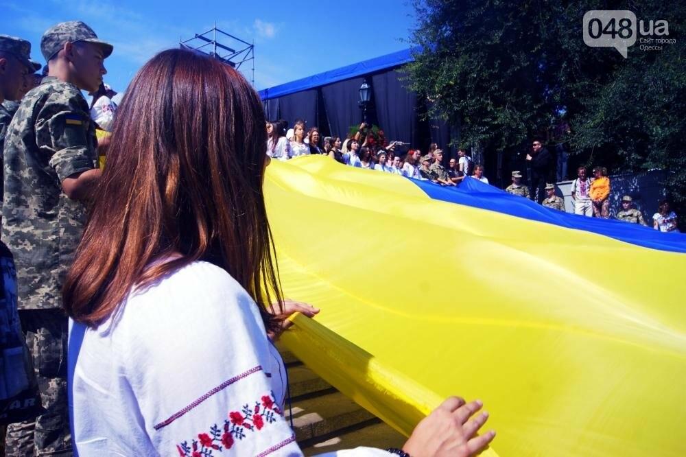 На Потемкинской лестнице в Одессе растянули 26-метровый флаг Украины (ФОТО, ВИДЕО), фото-3