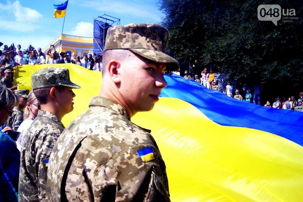 На Потемкинской лестнице в Одессе растянули 26-метровый флаг Украины (ФОТО, ВИДЕО), фото-4