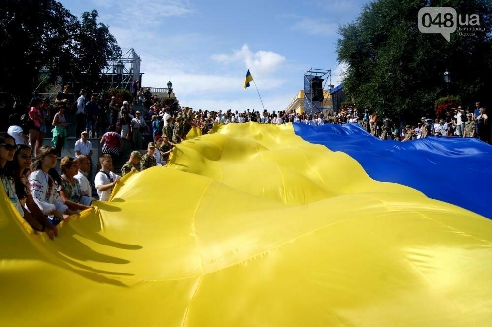 На Потемкинской лестнице в Одессе растянули 26-метровый флаг Украины (ФОТО, ВИДЕО), фото-5