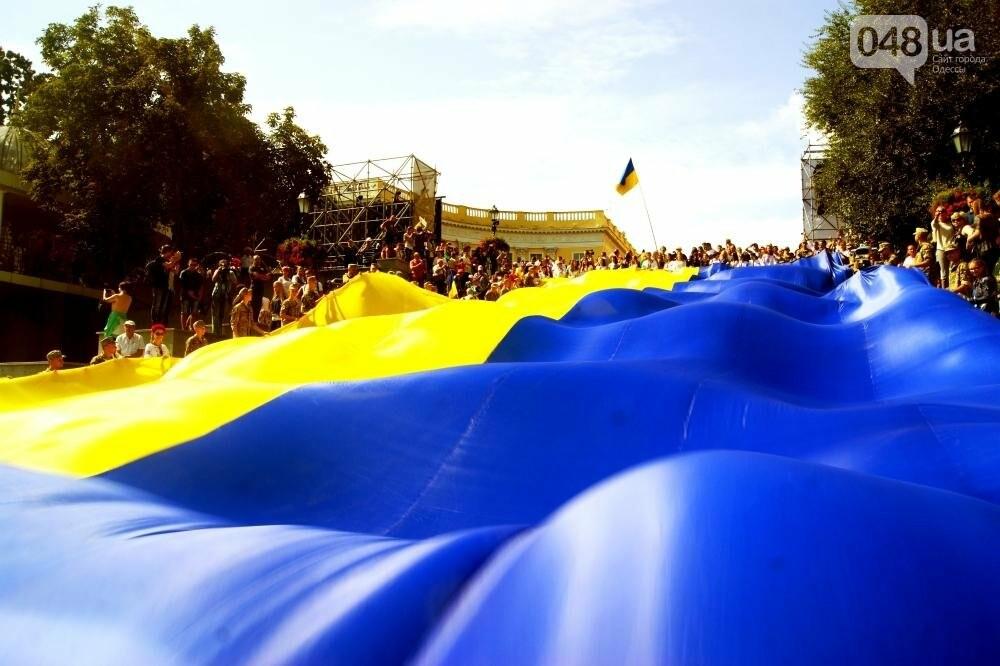 На Потемкинской лестнице в Одессе растянули 26-метровый флаг Украины (ФОТО, ВИДЕО), фото-1