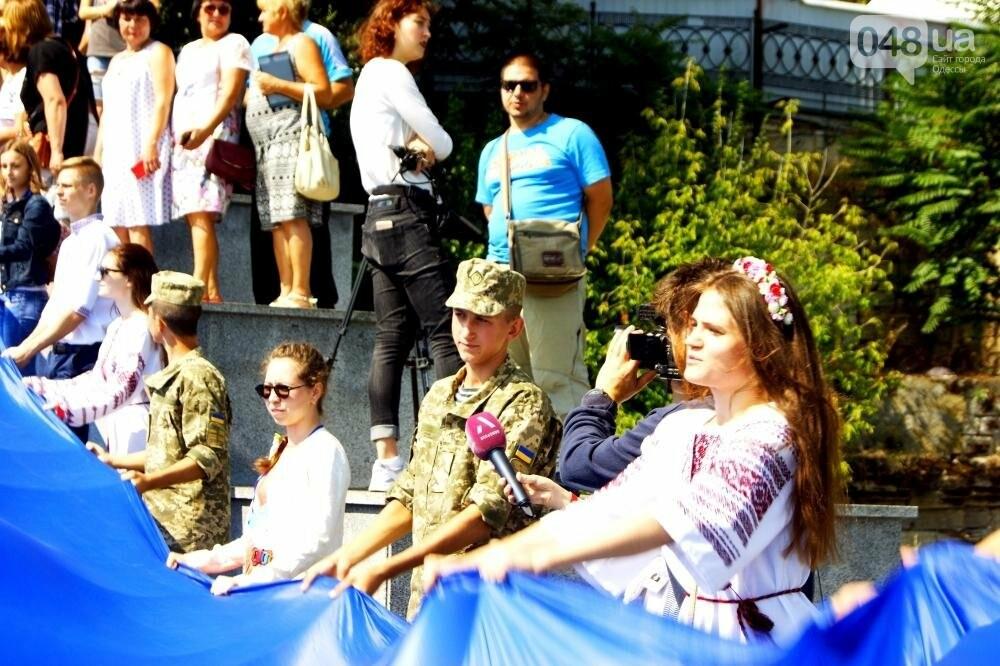 На Потемкинской лестнице в Одессе растянули 26-метровый флаг Украины (ФОТО, ВИДЕО), фото-6