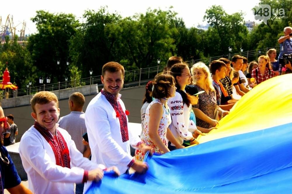 На Потемкинской лестнице в Одессе растянули 26-метровый флаг Украины (ФОТО, ВИДЕО), фото-9