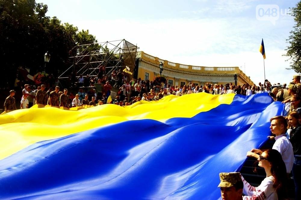 На Потемкинской лестнице в Одессе растянули 26-метровый флаг Украины (ФОТО, ВИДЕО), фото-10