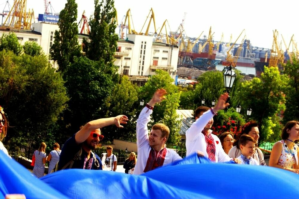 На Потемкинской лестнице в Одессе растянули 26-метровый флаг Украины (ФОТО, ВИДЕО), фото-11